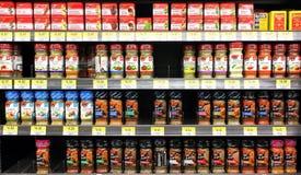 Kryddor och smaktillsatsprodukter i supermarket Arkivbilder
