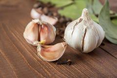 Kryddor och vitlök på en trätabell Royaltyfria Bilder