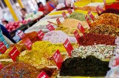 Kryddor på bazar Arkivfoton