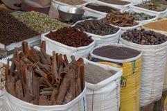 Kryddor på den traditionella gatamarknaden i Indien arkivfoto