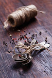 Kryddor på den wood tabellen Arkivfoton