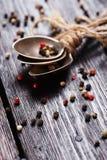 Kryddor på den wood tabellen Arkivbilder