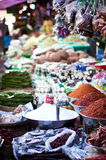 Kryddor på en asiatisk marknad Arkivfoto