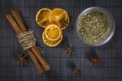 Kryddor på en gammal grå bakgrund Royaltyfri Fotografi