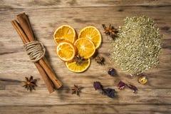 Kryddor på en gammal trätabell Arkivfoton