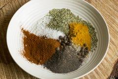 Kryddor på en plätera Arkivfoto