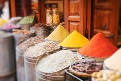 Kryddor på en traditionell marockansk marknad Selektivt fokusera fotografering för bildbyråer
