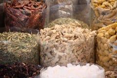 Kryddor på försäljning Arkivbild