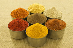Kryddor på hessiansbakgrund Arkivbilder