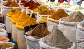 Kryddor på marknaden Arkivbilder