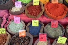Kryddor på marknadsplatsen Arkivbild
