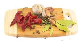 Kryddor på skärbrädan Arkivfoton