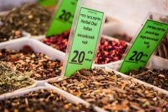 Kryddor på skärm i öppen marknad i Israel. royaltyfri foto
