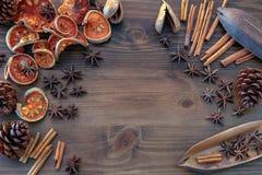 Kryddor på trätabellbakgrund arkivbilder
