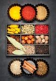 Kryddor smaktillsatser i träask Arkivfoto