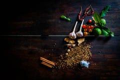 Kryddor som lagar mat kryddiga Thailand, vilar på ett trägolv Arkivfoto