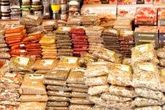 Kryddor står i öppen marknad Arkivfoton