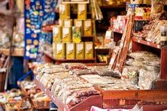 Kryddor står i öppen marknad av den Heraklion Kreta Grekland Arkivfoto
