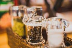 Kryddor svartpeppar i en glass krus Royaltyfria Bilder