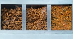 Kryddor tre olika typer, format och texturer av apelsinen och guling är ordnade i en till salu metallmonter, Indien Royaltyfri Foto