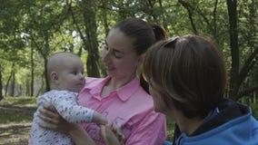 Kryjówka - i - aport w lesie - szczęśliwa rodzina w 4k zwolnionym tempie zdjęcie wideo