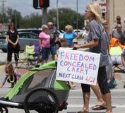 Kryjący Niesie podpisuje wewnątrz paradę w miasteczku Ameryka Zdjęcia Stock