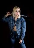 Kryminalna młoda kobieta z kijem bejsbolowym, młodym chuliganem w cajgach i drelichową kurtką, Zdjęcie Stock