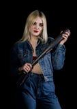 Kryminalna młoda kobieta z kijem bejsbolowym, młodym chuliganem w cajgach i drelichową kurtką, Obrazy Royalty Free