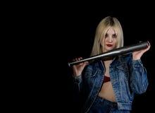 Kryminalna młoda kobieta z kijem bejsbolowym, młodym chuliganem w cajgach i drelichową kurtką, Zdjęcia Stock