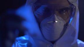 Kryminalny ekspert w białym ochronnej maski mienia plastikowym worku z bielu proszkiem zbiory wideo