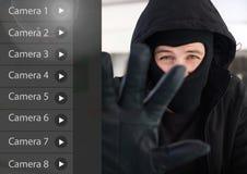 Kryminalny mężczyzna na kamery bezpieczeństwa App interfejsu sklepu przodzie Fotografia Stock