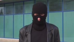 Kryminalny mężczyzny złodziej, rabuś w masce lub mówimy Tak, trząść jego głowę Portret mężczyzna w balaclava zdjęcie wideo