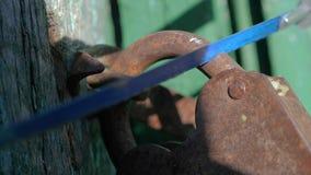 Kryminalny ochrony ochrony pojęcie Złodziej łama w dom, piłuje styl życia stara metalu żelaza kłódka z a zdjęcie wideo