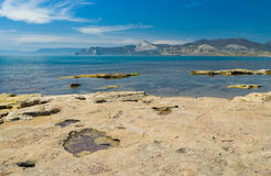 Krymski krajobraz z Czarnym Dennym brzeg na Meganom przylądku Zdjęcie Royalty Free