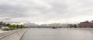 Krymski most W Moskwa między Krymskim dyszlem i Krymskim terenem Na quays są poruszający pedestrians i samochody Obrazy Stock