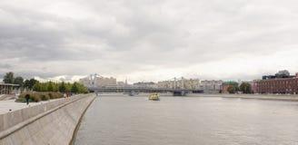 Krymski most W Moskwa między Krymskim dyszlem i Krymskim terenem Na quays są poruszający pedestrians i samochody Zdjęcie Royalty Free