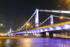 Krymsky桥梁在晚上,钢停止在莫斯科 免版税图库摄影