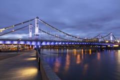 Krymsky桥梁或克里米亚半岛桥梁在晚上是钢吊桥在莫斯科 免版税库存图片
