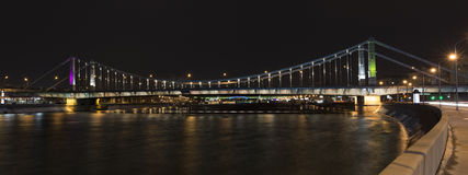 Krymsky-Brücke durch den gefrorenen Moskau-Fluss Stockfotografie