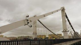 Krymskybrug in Moskou in regenachtig weer stock footage