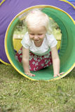 krypa barn för utrustningflickaspelrum royaltyfri bild
