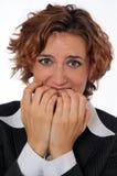 krypa ihop för affärskvinna som är nervöst Royaltyfri Foto