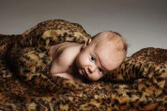 Krypande nyfött behandla som ett barn roligt barn little Arkivbild
