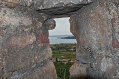 Kryphål av den medeltida Padenghe slotten Royaltyfria Foton