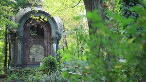 Krypta på grav i den gamla kyrkogården stock video