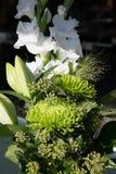 Krysantemum, gladiolas, gräs och murgröna i blommaordning royaltyfri foto