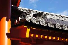 Krysantemumemblem på takstrukturen i den Nijo slotten Arkivbild
