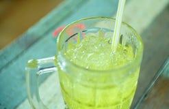 Krysantemumvatten i klart exponeringsglas rånar Arkivfoton