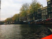 Kryssa omkring den storslagna kanalen av Amsterdam Arkivbild