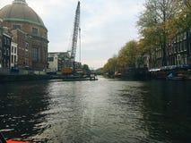 Kryssa omkring den storslagna kanalen av Amsterdam Arkivbilder